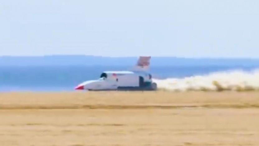Rekordfahrzeug Bloodhound LSR bei einer Testfahrt in Südafrika: Feueralarm wegen hoher Außentemperaturen