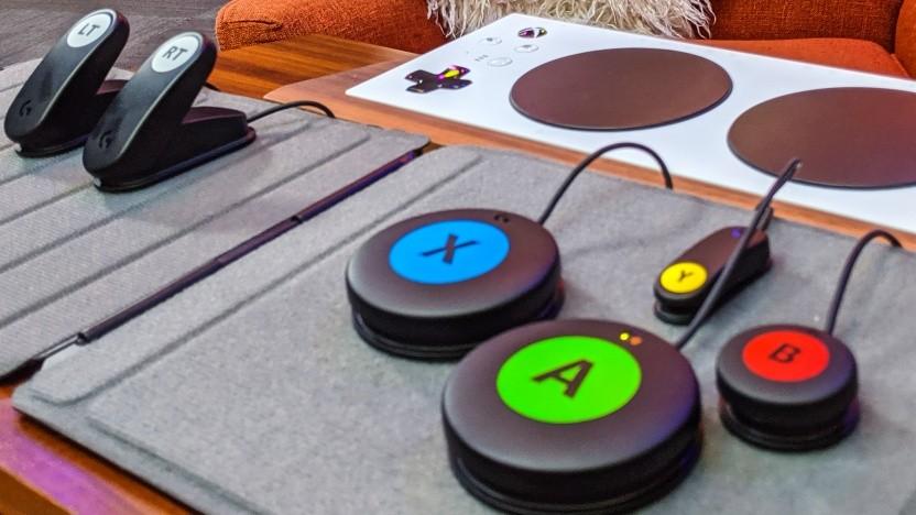 Das Adaptive Gaming Kit hat viele Knöpfe und Taster.
