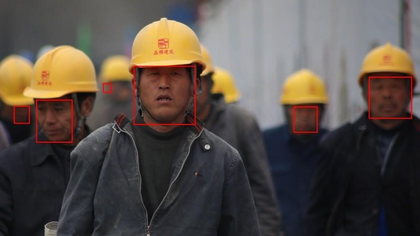 Chinesische Bürger werden gescannt.