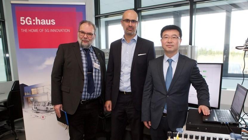 Februar 2018: Vertreter von Telekom, Huawei und Intel führen die 5G-NR-Interoperabilität im 5G:Haus-Testlabor der Telekom vor.