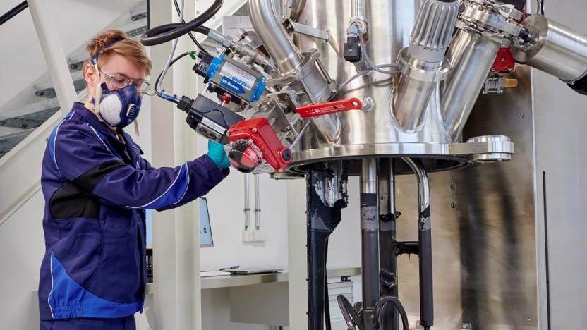 Dosieren und Mischen der Elektrodenpaste im Batterie-Kompetenzzentrum von BMW