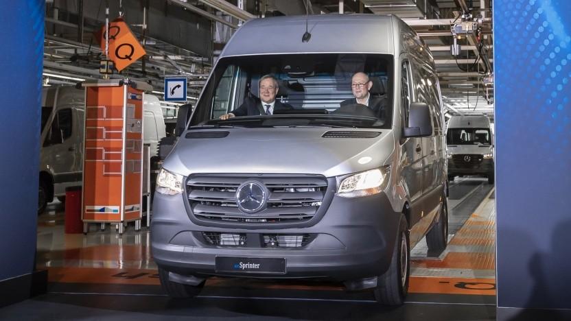 NRW-Ministerpräsident Armin Laschet (links) im ersten vom Band gelaufenen Elektro-Sprinter von Daimler