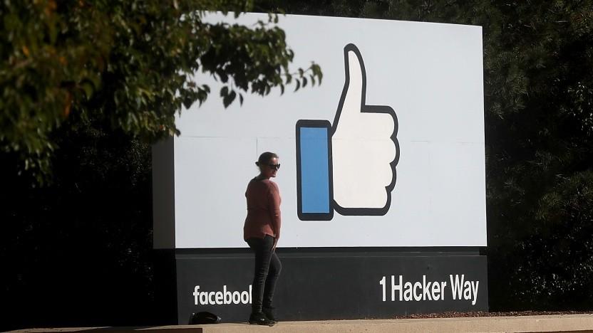 Logo vor der Firmenzentrale von Facebook im kalifornischen Menlo Park
