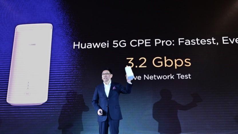 Huawei-Manager zeigt 5G-Technik.