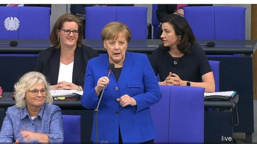 Angela Merkel spricht im Bundestag.
