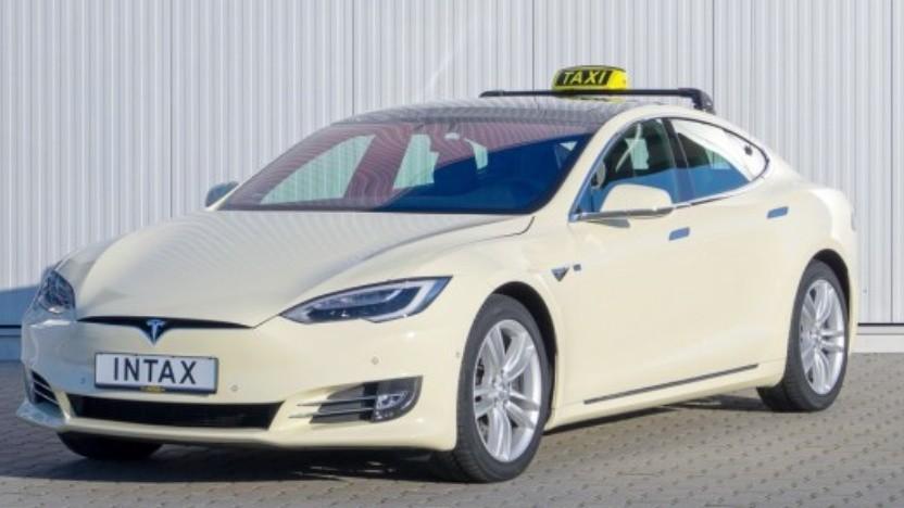 Zum Taxi umgerüsteter Tesla