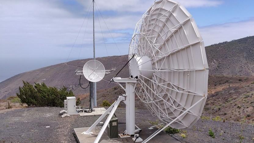 Satellitenantennen für den Fernsehempfang sowie erste Bodenstation eines Satellitenbetreibers (Spire)