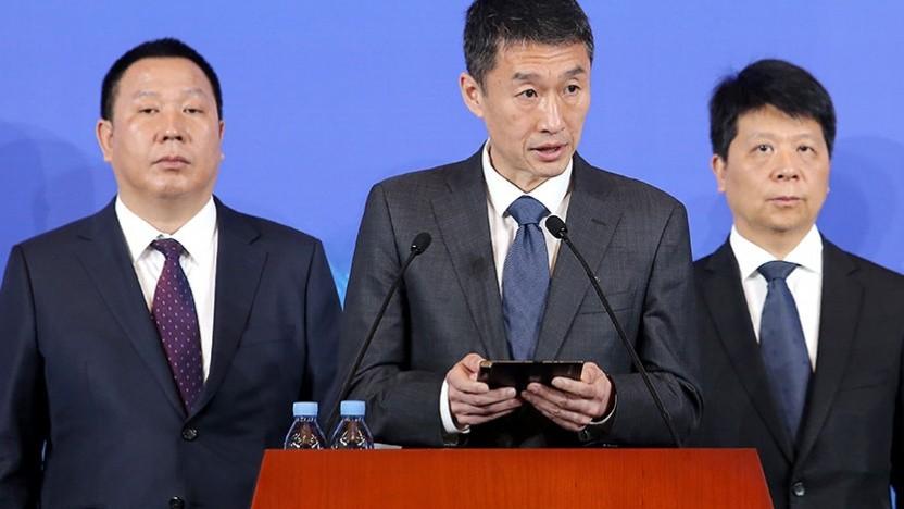 Li Dafeng (Bildmitte) vom Verwalttungsrat verteidigt das Unternehmen