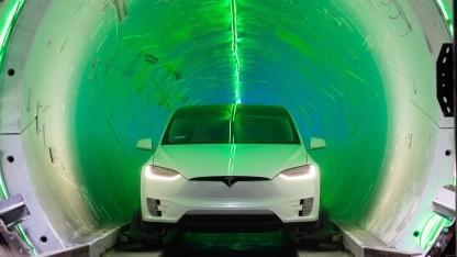 Tesla-Fahrzeug im Tunnel