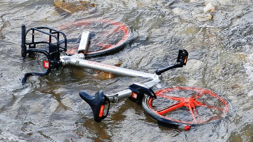 Ein Mobike-Fahrrad in der Londoner Themse