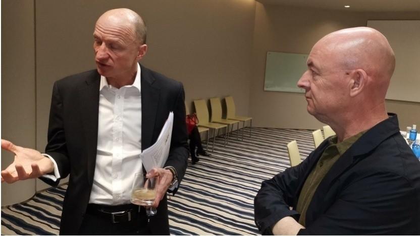 Sunrise-Chef Olaf Swantee (links) auf dem MWC 2019 im Gespräch mit Golem.de