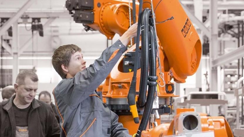 Industriemechaniker mit Kuka-Robotern