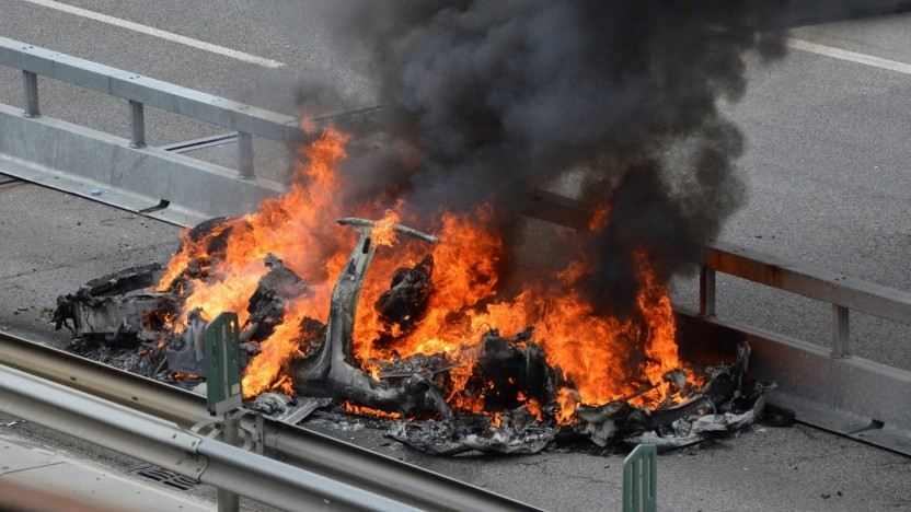 Wenn ein Elektroauto wie das Tesla Model S brennt, kann die Brandlast sehr groß werden.