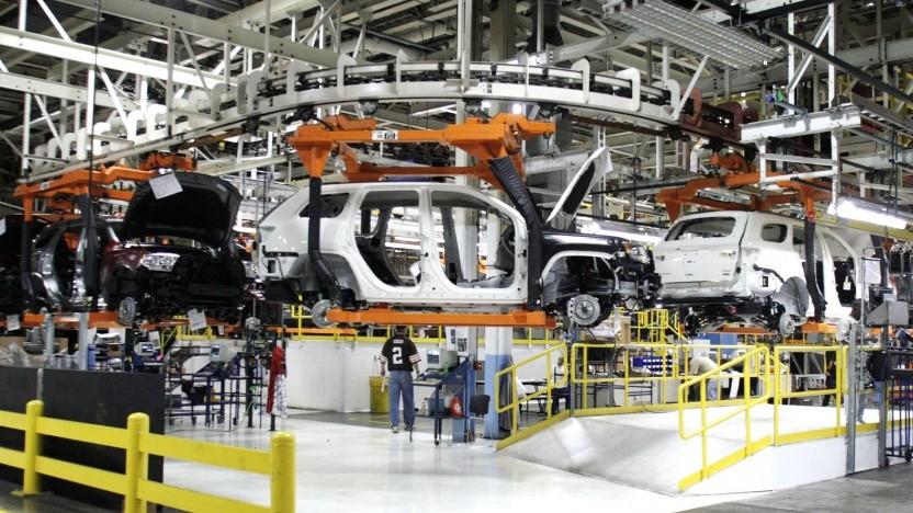 Blick in eine Fabrik von Chrysler: FCA wird die Autos bauen, Foxconn liefert Elektronik und Software.