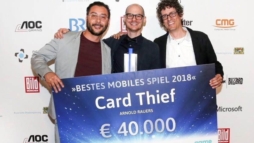 Max Fiedler (Illustration/Animation), Arnold Rauers und Oliver Salkic (Sound/Music) bei der Verleihung des Deutschen Computerspielpreises 2018 (v. l. n. r.)