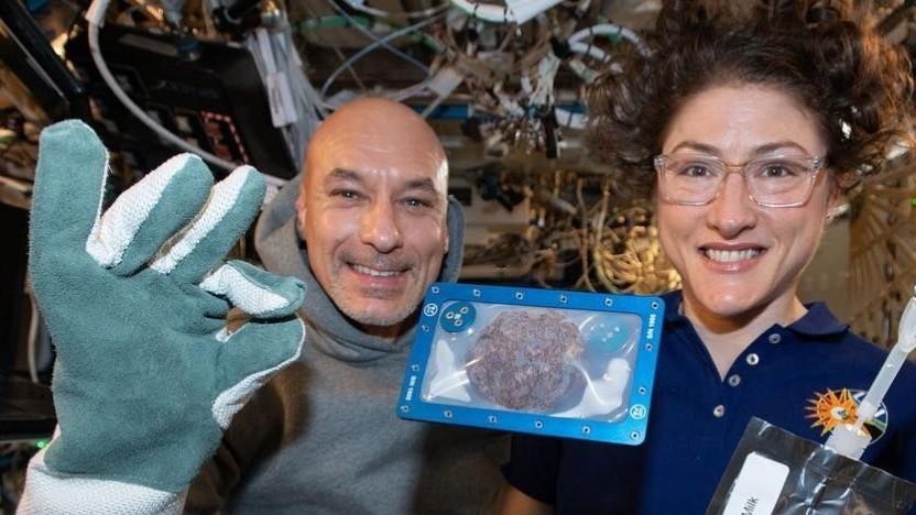 ISS-Besatzung Luca Parmitano und Christina Koch mit Keks: keine Krümel auf der Station