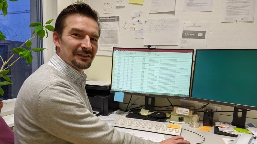 Data Scientist Danilo Schmidt an seinem Arbeitsplatz
