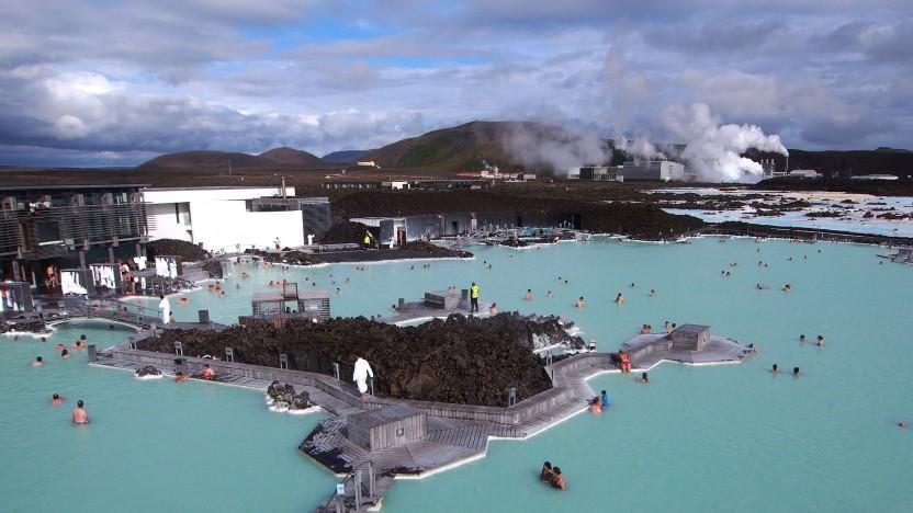 Islands berühmte Blaue Lagune wird von einem Geothermiekraftwerk gespeist.