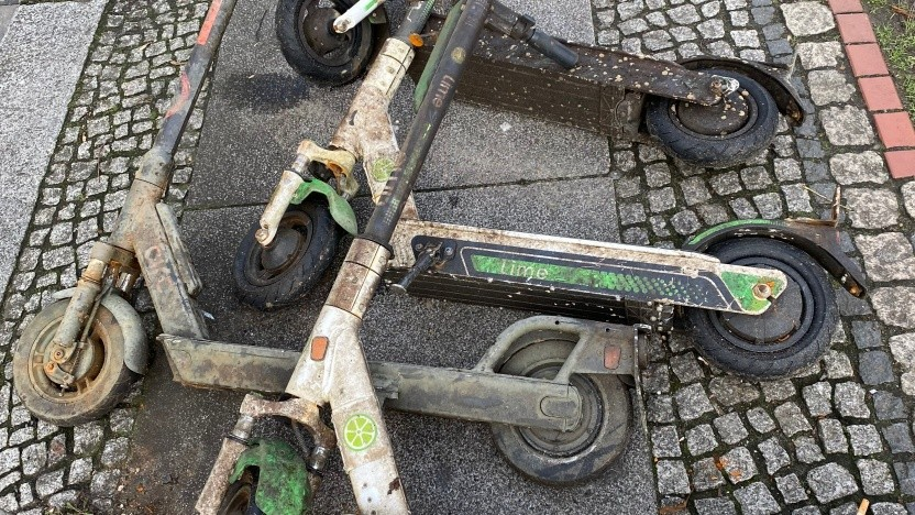 Aus der Spree geborgene E-Scooter
