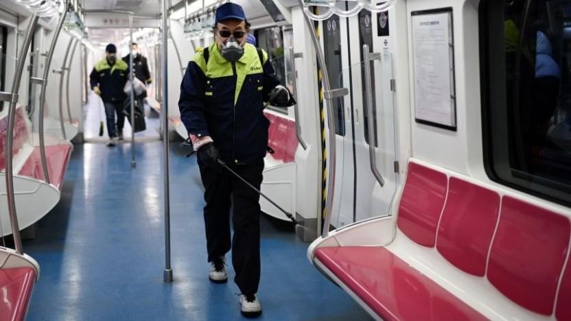 Ein Arbeiter desinfiziert einen U-Bahn-Waggon in Beijing.