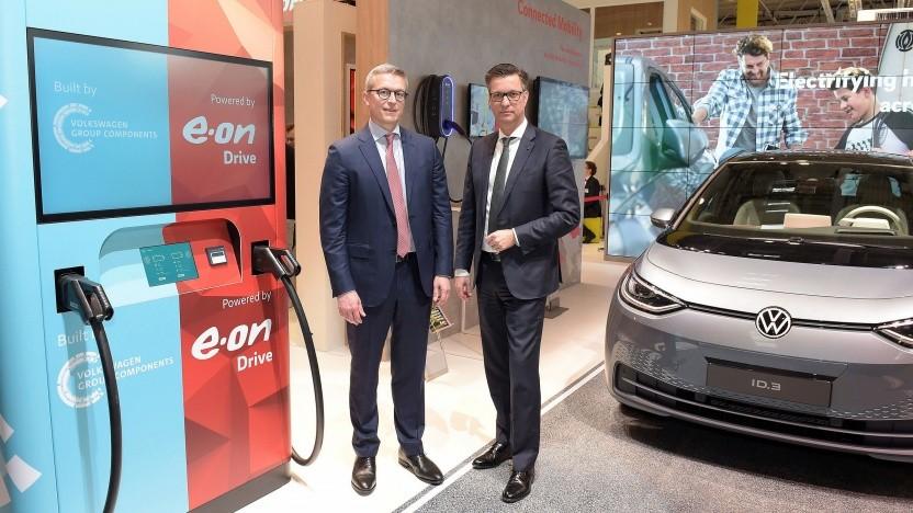 E.on-Vorstandsmitglied Karsten Wildberger und der Vorstandsvorsitzende der Volkswagen Group Components, Thomas Schmall