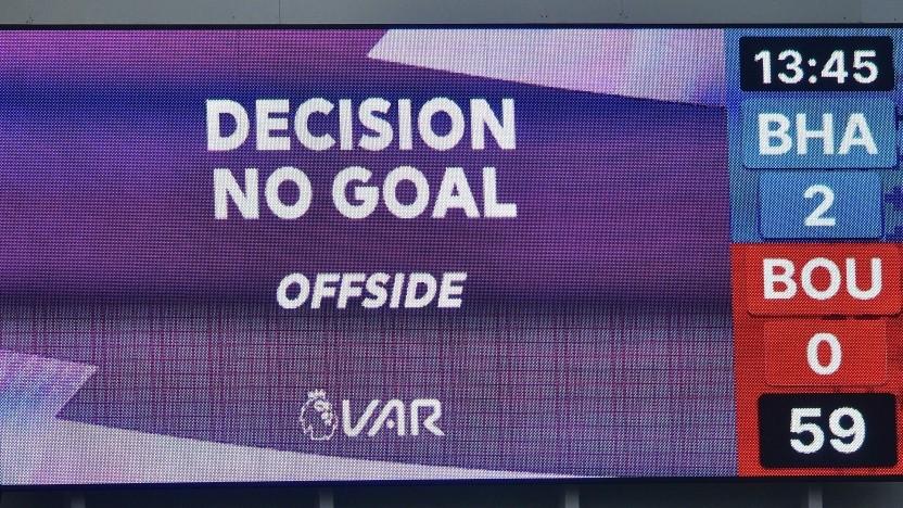 Eine durch den VAR getroffene Abseitsentscheidung wird im Stadion bekannt gegeben.