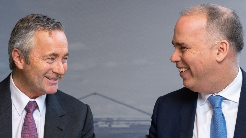 Die beiden Landeschefs im Bild: Hannes Ametsreiter von Vodafone Deutschland (rechts) und der scheidende Telekom-Deutschland-Chef Dirk Wössner
