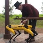 Boston Dynamics: Adam Savage nutzt Roboterhund Spot als Zugtier