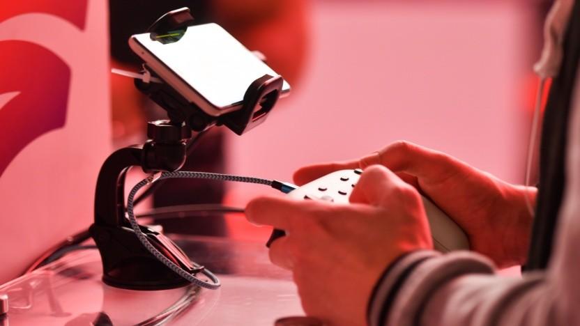 Spieler mit Controller von Google Stadia auf der Gamescom 2019