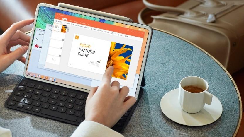 Das Matepad Pro mit angeschlossener Tastatur und Stift