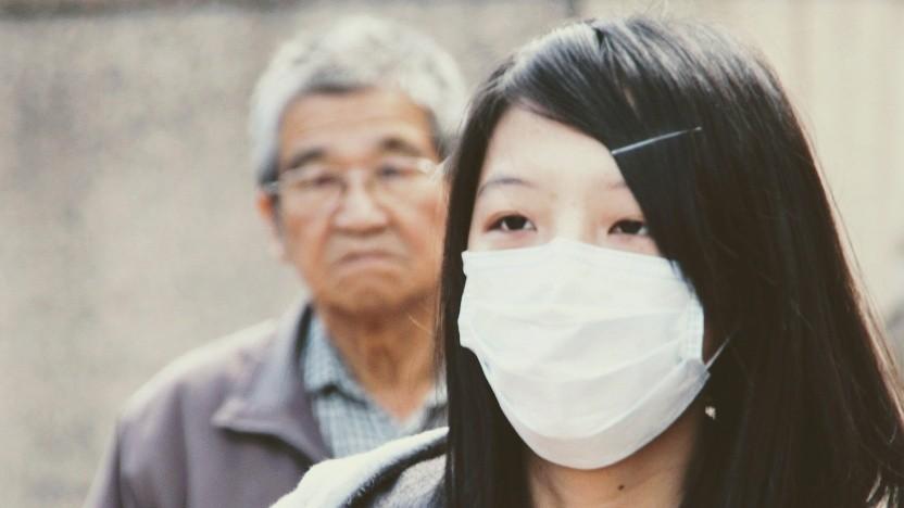 Inwieweit derartige chirurgische Mundschutzmasken überhaupt vor dem Coronavirus schützen, ist laut Robert-Koch-Institut fraglich.