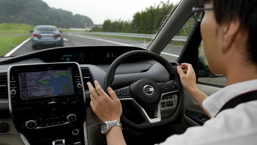 """Autofahrer hinter dem Steuer (Symbolbild): """"Beim Autofahren erleben wir einen Rausch der Reize."""""""