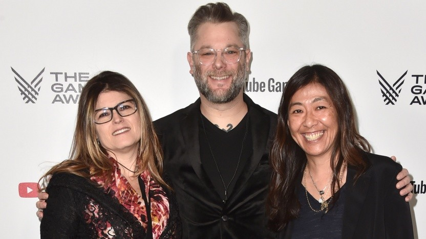 Shannon Studstill, Cory Barlog (Chefentwickler God of War) und Yumi Yang (v. l. n. r.) im Dezember 2018 bei einer Preisverleihung in Los Angeles