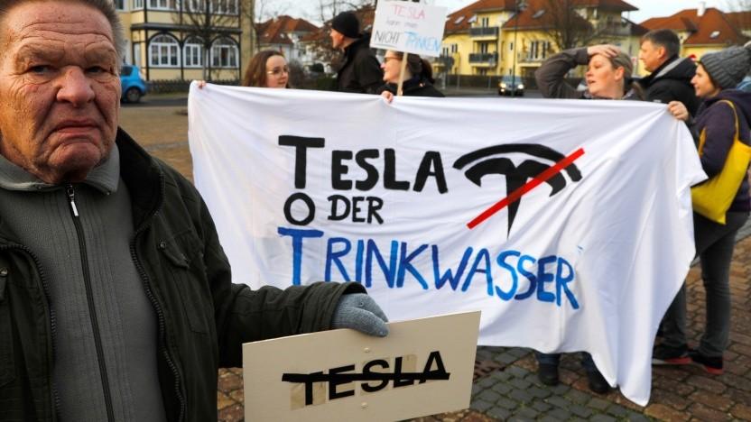 Bürger protestieren gegen den Bau der Gigafactory in Grünheide.