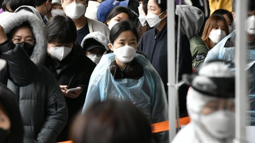 Passanten in Seoul bei einer Überprüfung auf Covid-19