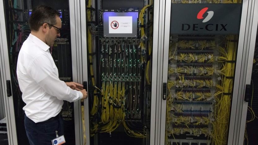 Thomas King vor einem Serverschrank des DE-CIX (Bild von 2018)
