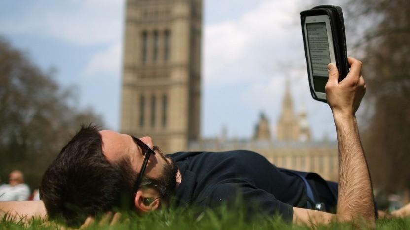 Leser im Park mit E-Book-Reader: Farben haben eine geringere Pixeldichte.