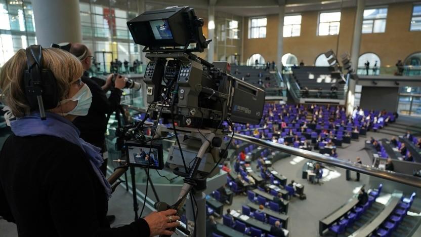 Mundschutz und Abstand bei der Coronadebatte im Bundestag am 25. März