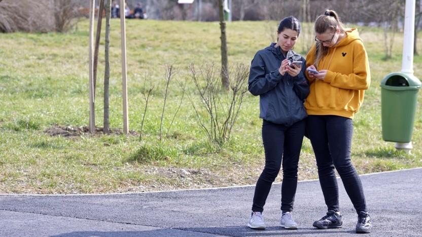 Können Smartphones wirklich genau messen, ob wir anderen zu nahe gekommen sind?