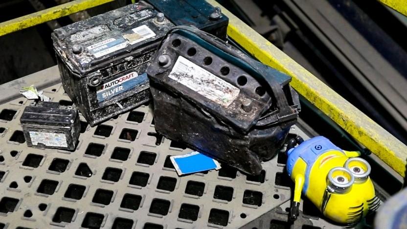 Autobatterien, ein Akku und ein Kinderspielzeug wurden in einer Abfallentsorgungsanlage noch rechtzeitig aussortiert.