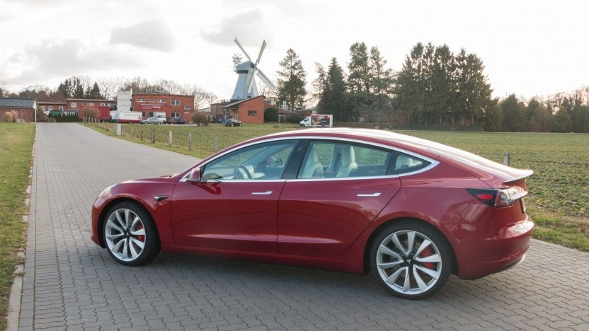 Tesla Model 3: Kamera im Rückspiegel