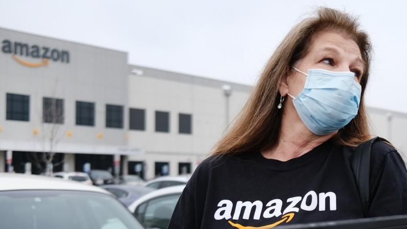 Amazon-Mitarbeiter protestieren vor einem Lagerhaus in Staten Island, New York City.