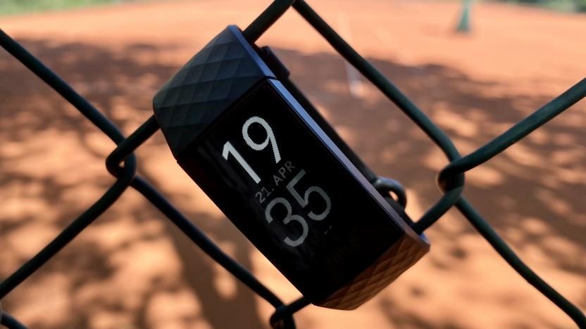 Auch die Fitbit Charge 4 darf derzeit nicht auf Sportplätze.