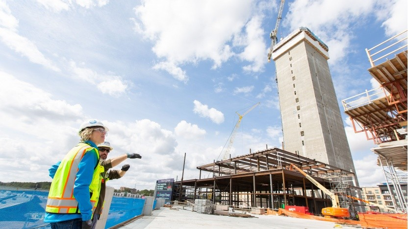Aufzugsturm in Atlanta: Durchblick dank transparenter Fassade