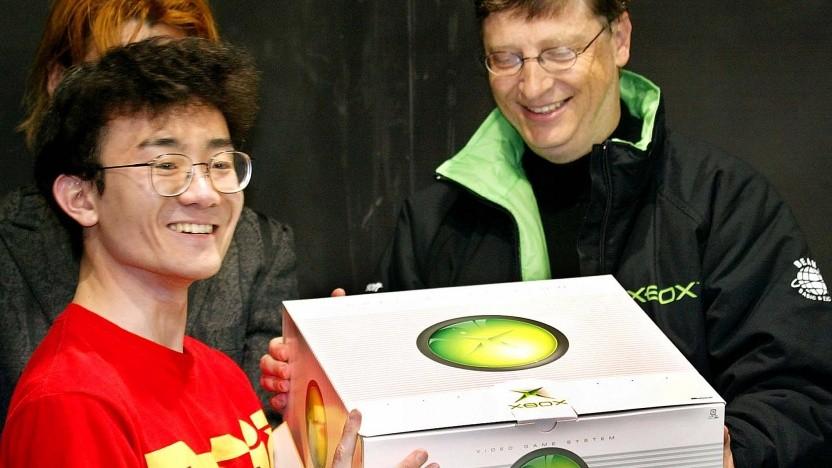 Bill Gates überreicht 2002 einem Käufer in Japan die erste Xbox.