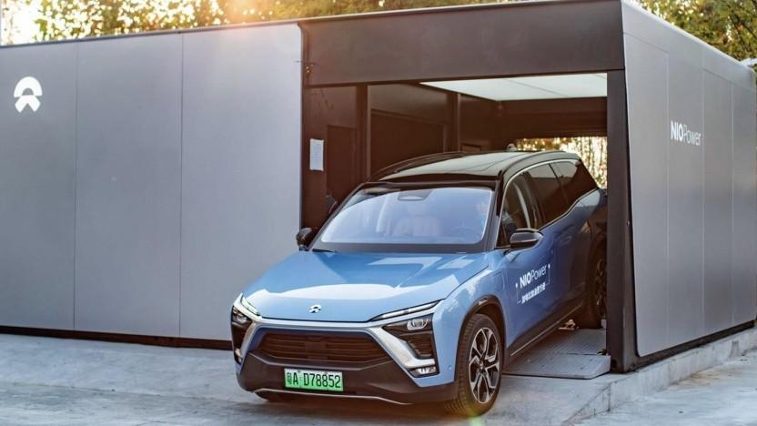 Elektroauto von Nio beim Verlassen einer Akku-Wechselstation: China will Standards einführen.