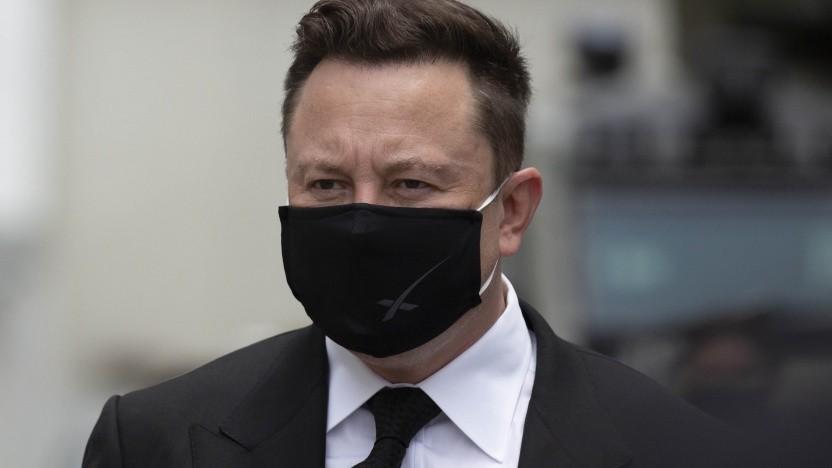 Tesla-Chef Elon Musk mit Mund-Nasen-Schutz