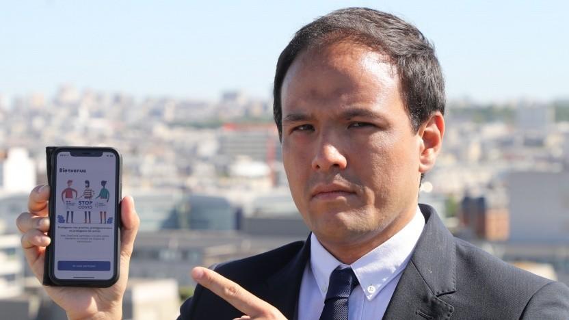 Der französische Staatssekretär Cédric O mit der Corona-Warn-App StopCovid.