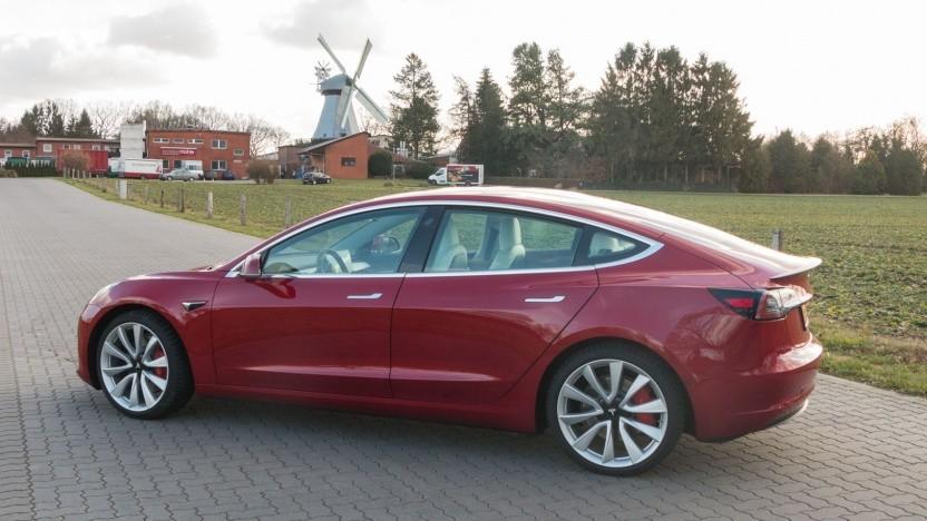 Tesla Model 3: Für den Einbau muss ein Teil der Innenverkleidung entfernt werden.