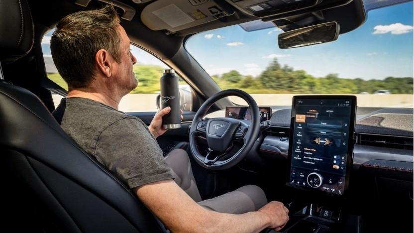 Fords Actice Drive Assist: Das Auto warnt vor Querverkehr